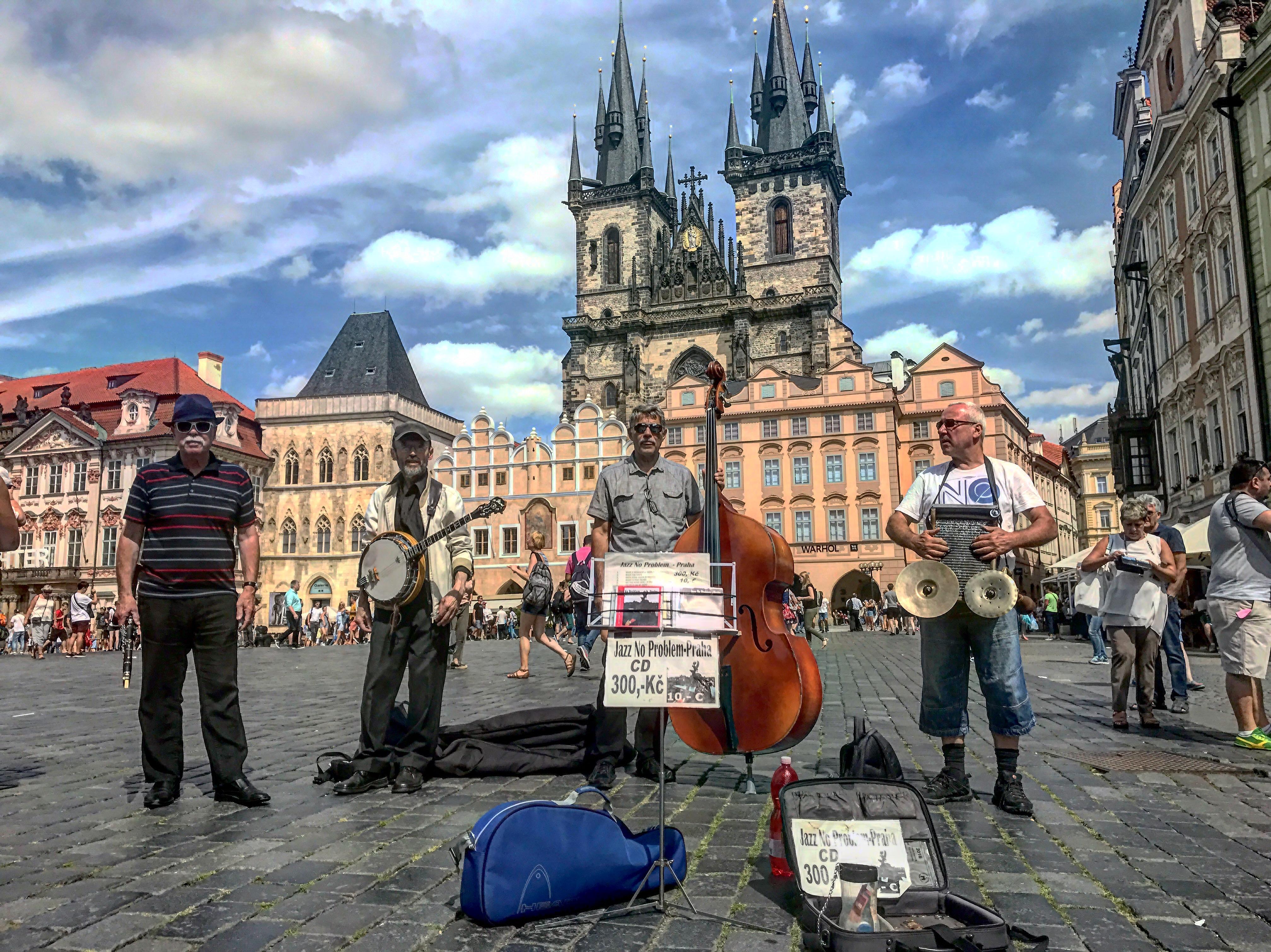 Músicos en plaza vieja de Praga